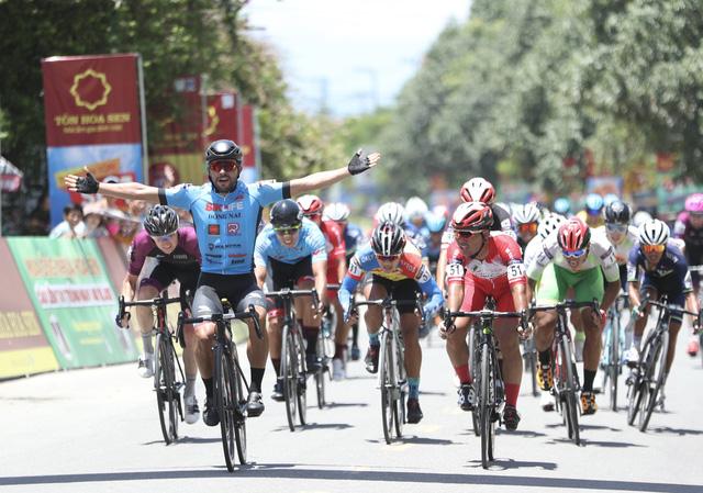 ẢNH: Những khoảnh khắc ấn tượng chặng 8 Giải xe đạp quốc tế VTV Cúp Tôn Hoa Sen 2019 - Ảnh 14.