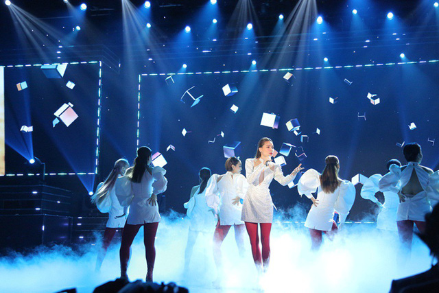 Ho Ngoc Ha singer performs on VTV Awrads stage.
