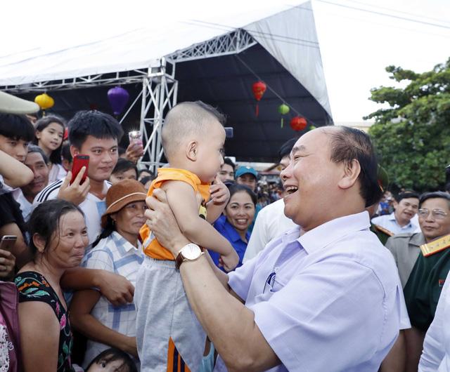 Thủ tướng Nguyễn Xuân Phúc vui đón Tết Trung thu cùng trẻ em Quảng Nam - Ảnh 1.