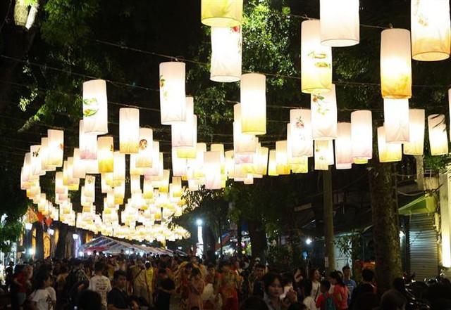 Phố Phùng Hưng rực rỡ với hàng trăm đèn lồng đón Trung thu - Ảnh 8.