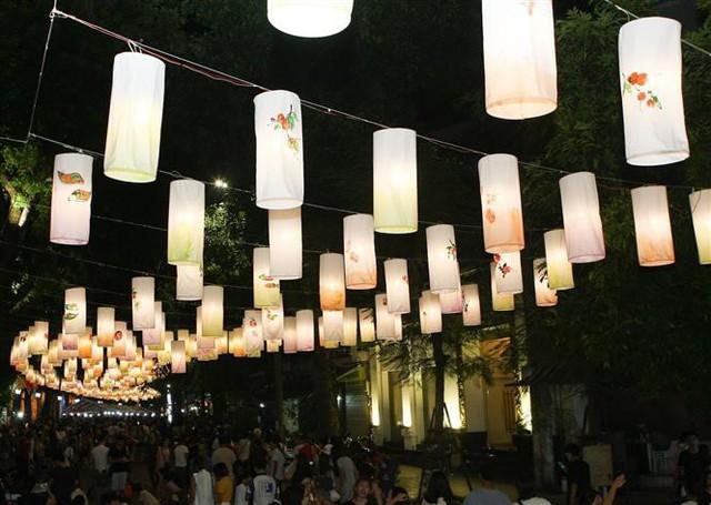 Phố Phùng Hưng rực rỡ với hàng trăm đèn lồng đón Trung thu - Ảnh 10.