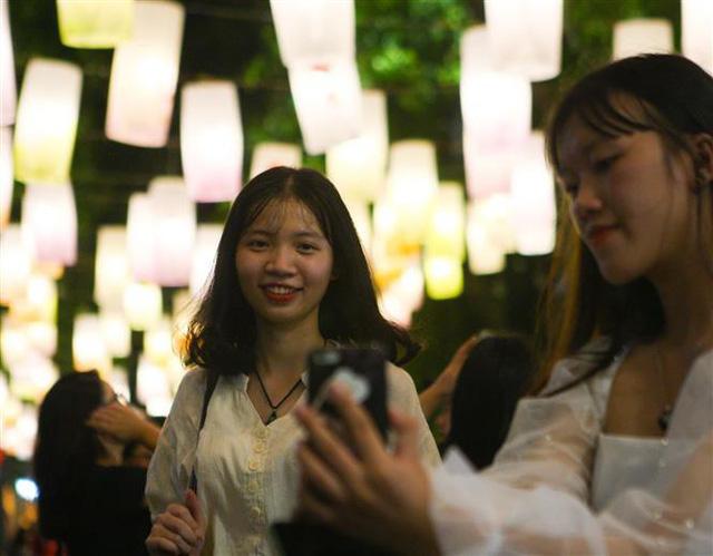 Phố Phùng Hưng rực rỡ với hàng trăm đèn lồng đón Trung thu - Ảnh 11.