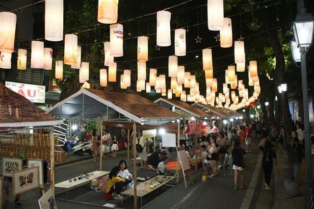 Phố Phùng Hưng rực rỡ với hàng trăm đèn lồng đón Trung thu - Ảnh 9.