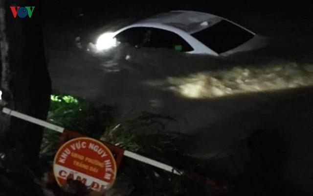 Giải cứu 4 người trên xe ô tô bị nước cuốn xuống suối - Ảnh 1.