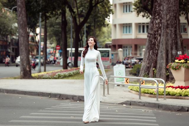 Hoa hậu Khánh Vân diện áo dài cùng bố dạo phố Sài Gòn ngày cận Tết - Ảnh 12.