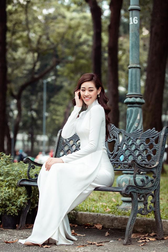 Hoa hậu Khánh Vân diện áo dài cùng bố dạo phố Sài Gòn ngày cận Tết - Ảnh 13.
