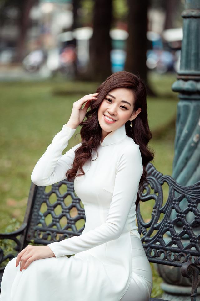 Hoa hậu Khánh Vân diện áo dài cùng bố dạo phố Sài Gòn ngày cận Tết - Ảnh 11.