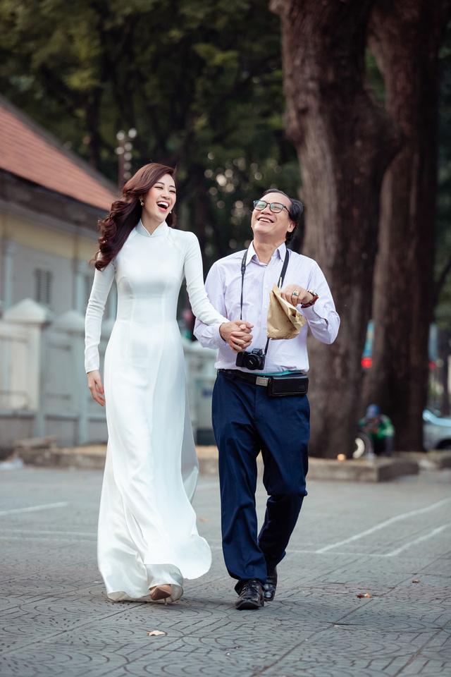 Hoa hậu Khánh Vân diện áo dài cùng bố dạo phố Sài Gòn ngày cận Tết - Ảnh 9.