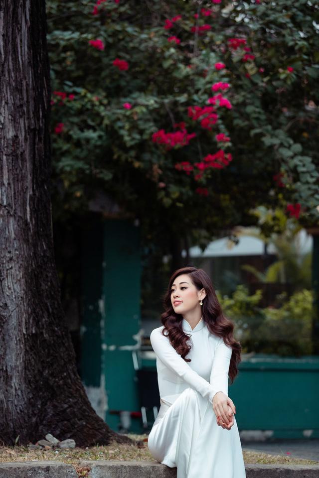 Hoa hậu Khánh Vân diện áo dài cùng bố dạo phố Sài Gòn ngày cận Tết - Ảnh 8.