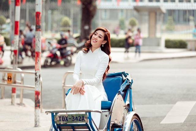 Hoa hậu Khánh Vân diện áo dài cùng bố dạo phố Sài Gòn ngày cận Tết - Ảnh 2.