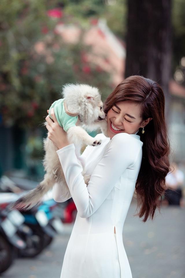 Hoa hậu Khánh Vân diện áo dài cùng bố dạo phố Sài Gòn ngày cận Tết - Ảnh 7.