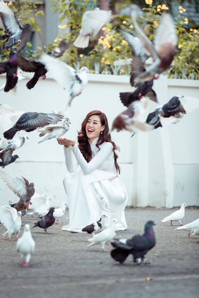 Hoa hậu Khánh Vân diện áo dài cùng bố dạo phố Sài Gòn ngày cận Tết - Ảnh 5.