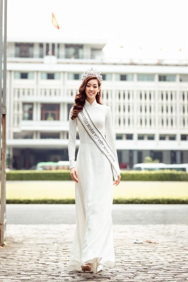 Hoa hậu Khánh Vân diện áo dài cùng bố dạo phố Sài Gòn ngày cận Tết - Ảnh 1.