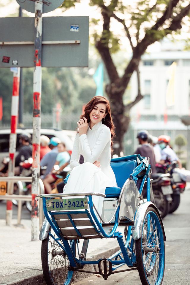 Hoa hậu Khánh Vân diện áo dài cùng bố dạo phố Sài Gòn ngày cận Tết - Ảnh 4.