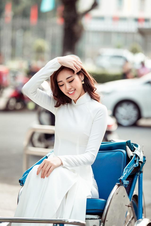 Hoa hậu Khánh Vân diện áo dài cùng bố dạo phố Sài Gòn ngày cận Tết - Ảnh 3.