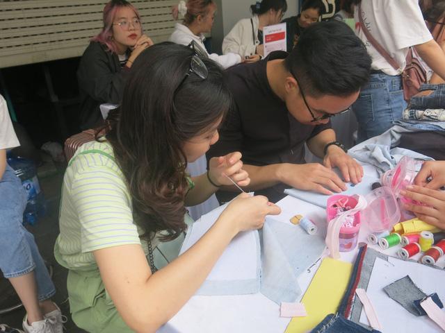 Hơn 3.000 bạn trẻ tham gia hoạt động Đổi đồ - Đổi đời, góp phần giảm thiểu vấn đề rác thải thời trang - Ảnh 1.