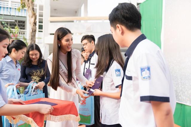 Á hậu Kim Duyên trao tặng 80 triệu đồng cho học sinh, sinh viên tại Cần Thơ - Ảnh 2.