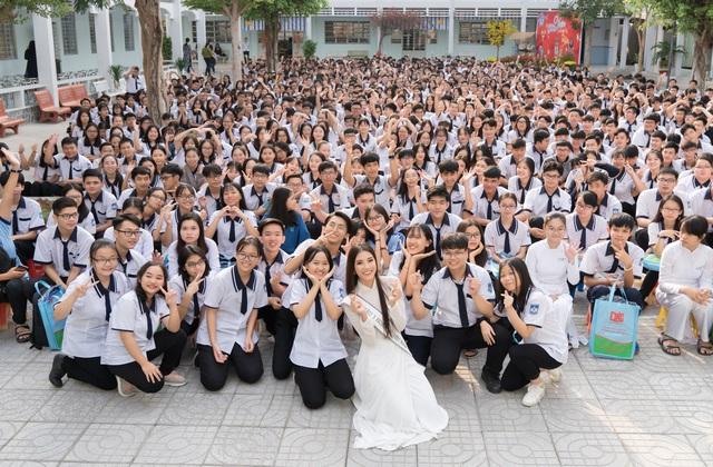 Á hậu Kim Duyên trao tặng 80 triệu đồng cho học sinh, sinh viên tại Cần Thơ - Ảnh 1.