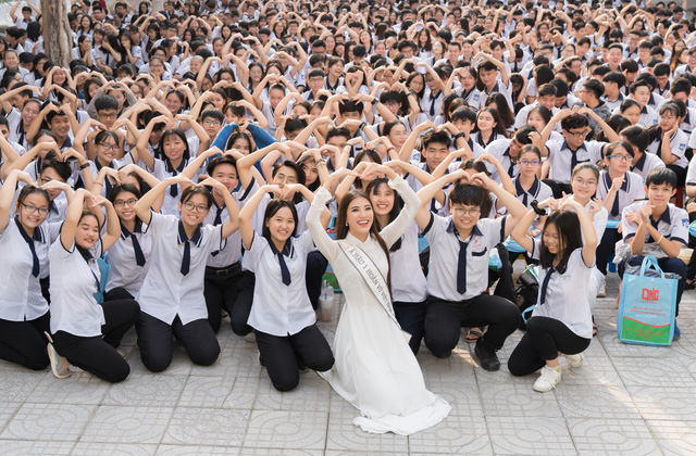 Á hậu Kim Duyên trao tặng 80 triệu đồng cho học sinh, sinh viên tại Cần Thơ - Ảnh 7.
