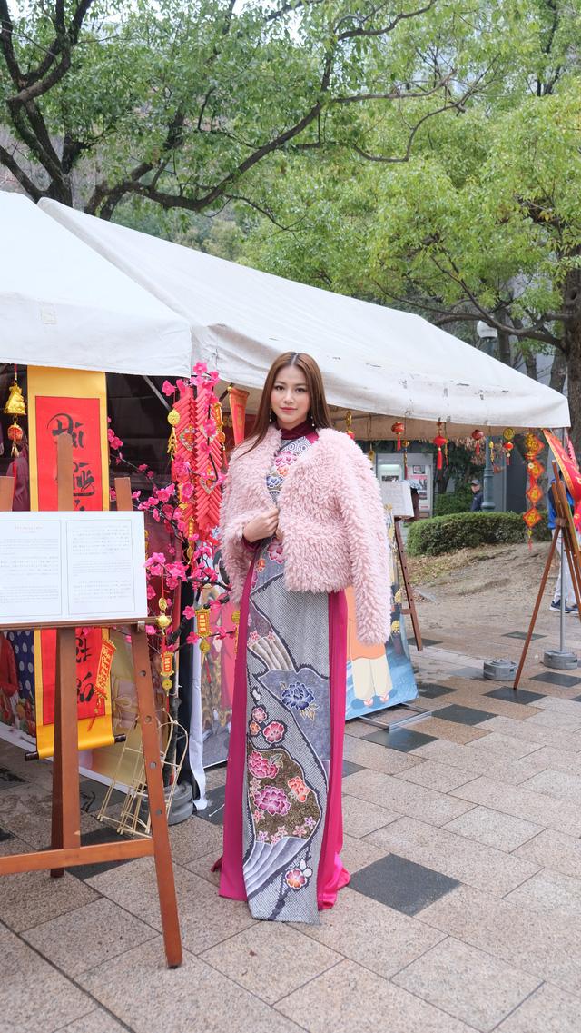 Hoa hậu Phương Khánh diện áo dài catwalk cùng diễn viên Tuấn Tú - Ảnh 1.