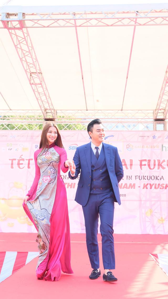 Hoa hậu Phương Khánh diện áo dài catwalk cùng diễn viên Tuấn Tú - Ảnh 2.