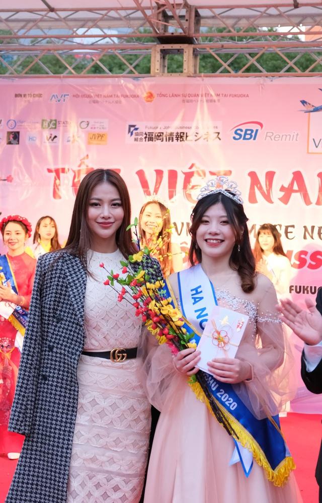 Hoa hậu Phương Khánh diện áo dài catwalk cùng diễn viên Tuấn Tú - Ảnh 4.