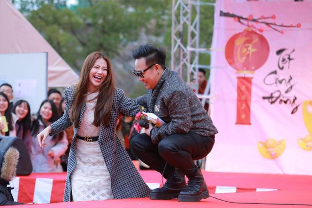 Hoa hậu Phương Khánh diện áo dài catwalk cùng diễn viên Tuấn Tú - Ảnh 3.