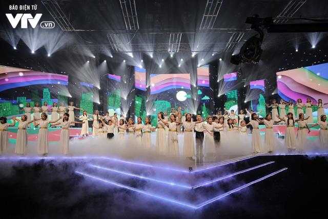 Phương Vy hòa giọng cùng dàn thiên thần nhí trong Đón Tết cùng VTV 2020 - Ảnh 4.