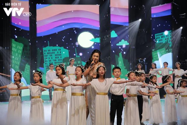 Phương Vy hòa giọng cùng dàn thiên thần nhí trong Đón Tết cùng VTV 2020 - Ảnh 7.
