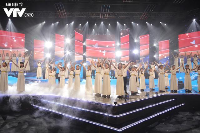 Phương Vy hòa giọng cùng dàn thiên thần nhí trong Đón Tết cùng VTV 2020 - Ảnh 9.