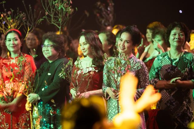 NSND Lan Hương, Bảo Thanh và dàn nghệ sĩ rơi nước mắt tại Gala Việc tử tế 2020 - Ảnh 13.