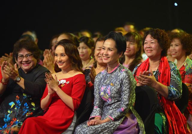 NSND Lan Hương, Bảo Thanh và dàn nghệ sĩ rơi nước mắt tại Gala Việc tử tế 2020 - Ảnh 10.