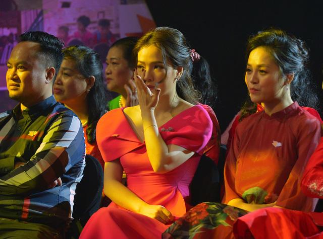 NSND Lan Hương, Bảo Thanh và dàn nghệ sĩ rơi nước mắt tại Gala Việc tử tế 2020 - Ảnh 9.