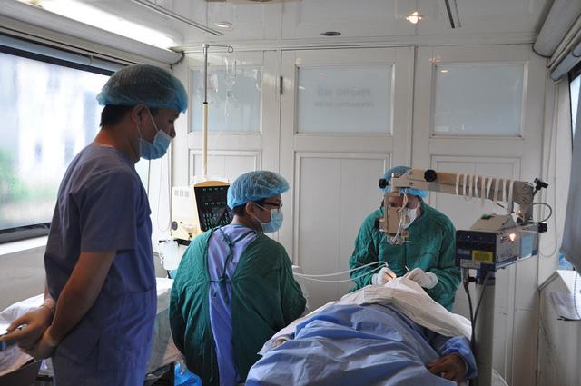 10.000 người được khám, tư vấn, phẫu thuật mắt miễn phí - Ảnh 1.