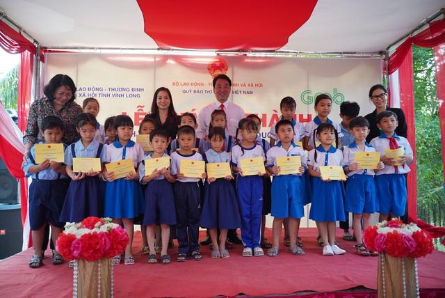 Khánh thành cầu Phú Thạnh A và trao 200 suất học bổng cho trẻ có hoàn cảnh khó khăn ở Vĩnh Long - Ảnh 2.
