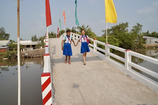 Khánh thành cầu Phú Thạnh A và trao 200 suất học bổng cho trẻ có hoàn cảnh khó khăn ở Vĩnh Long - Ảnh 1.