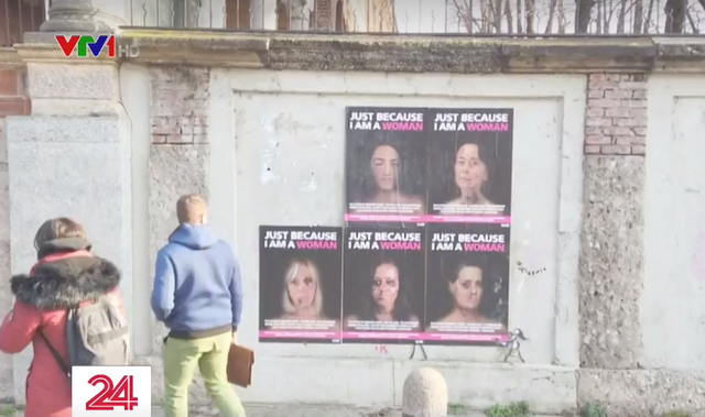 Hình ảnh Hillary Clinton, Angela Merkel mặt bầm tím trên phố Italy - Ảnh 1.