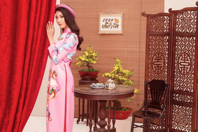 a hau thuy vanao dai by thuy nguyen 2 15794153089271647563618 Ngẩn ngơ ngắm bộ ảnh chúc xuân Canh Tý 2020 của dàn Hoa hậu Hoàn vũ Việt Nam