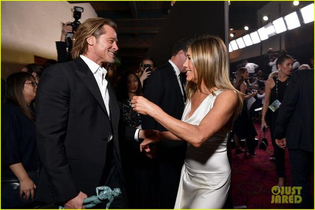 Brad Pitt gây sốt với hình ảnh tái hợp với vợ cũ Jennifer Aniston - Ảnh 2.