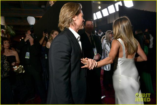 Brad Pitt gây sốt với hình ảnh tái hợp với vợ cũ Jennifer Aniston - Ảnh 4.