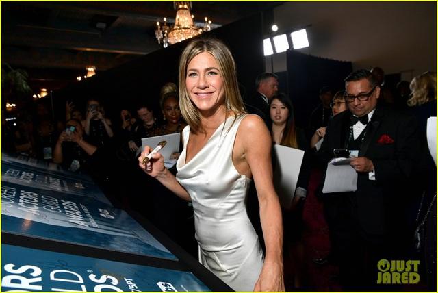 Brad Pitt gây sốt với hình ảnh tái hợp với vợ cũ Jennifer Aniston - Ảnh 5.