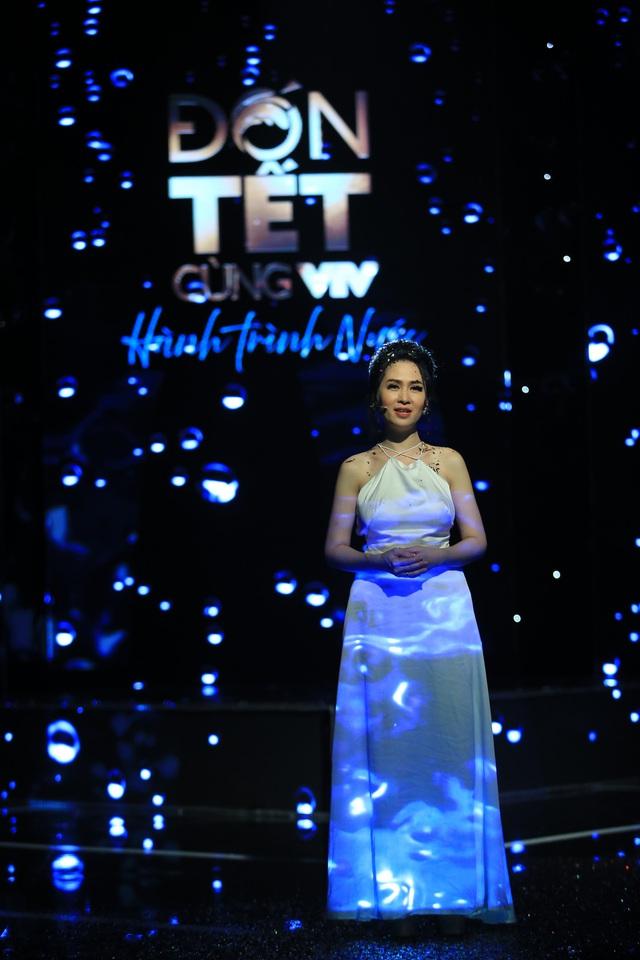 BTV Thúy Hằng đẹp xuất sắc đón Tết cùng VTV - Ảnh 8.
