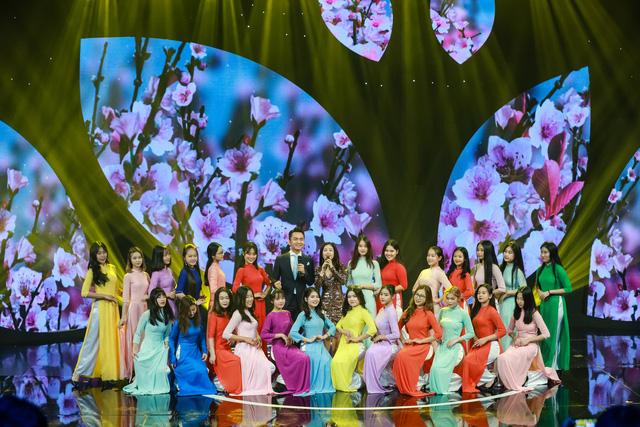 MC Hạnh Phúc đưa người xem qua nhiều cung bậc cảm xúc trong Gala Cặp lá yêu thương Tết Canh Tý Con là Nắng - Ảnh 1.