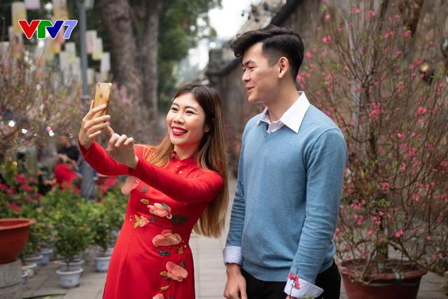 IFO số Tết: Host Phoebe Trần duyên dáng diện áo dài đỏ đi chợ hoa - ảnh 1