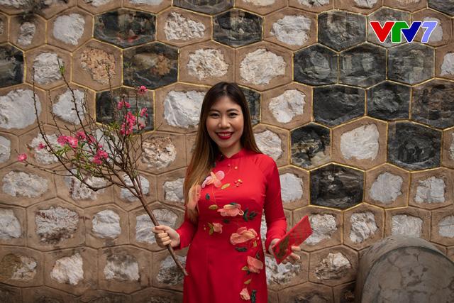 IFO số Tết: Host Phoebe Trần duyên dáng diện áo dài đỏ đi chợ hoa - ảnh 2