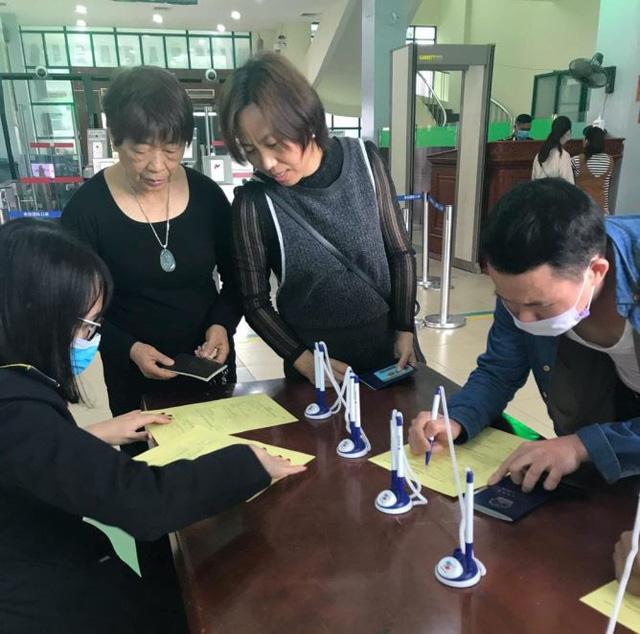 Hình ảnh khai báo y tế tại các cửa khẩu đối với khách nhập cảnh từ Trung Quốc - Ảnh 9.