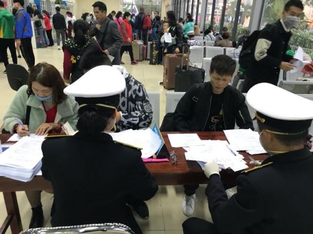 Hình ảnh khai báo y tế tại các cửa khẩu đối với khách nhập cảnh từ Trung Quốc - Ảnh 8.