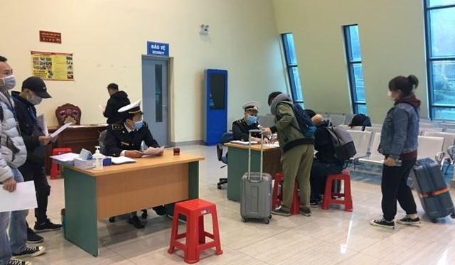 Hình ảnh khai báo y tế tại các cửa khẩu đối với khách nhập cảnh từ Trung Quốc - Ảnh 5.