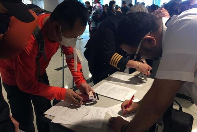 Hình ảnh khai báo y tế tại các cửa khẩu đối với khách nhập cảnh từ Trung Quốc - Ảnh 1.