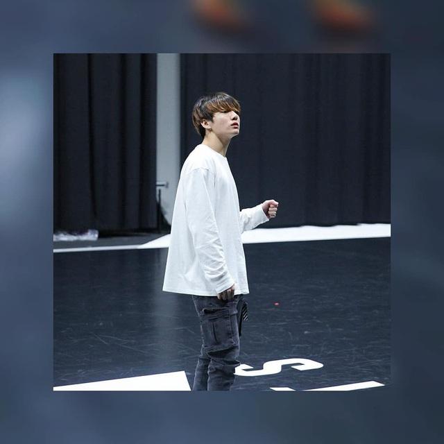 BTS thả thính fan với ảnh tập luyện nửa đêm - Ảnh 8.
